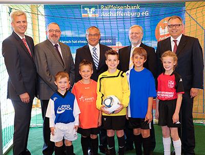 35.000 € für den Jugendfußball - Felix Magath in der Raiffeisenbank Aschaffenburg