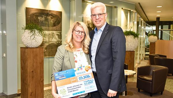 Raiffeisenbank Aschaffenburg eG überreicht Spendenscheck in Höhe von  10.305 Euro